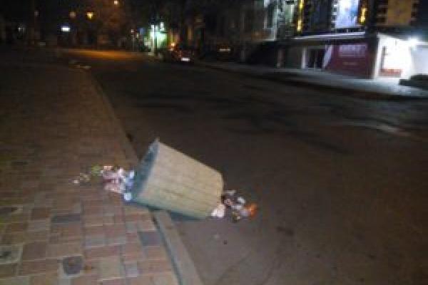 В центрі Тернополя вандали понищили урни для сміття (Фото)