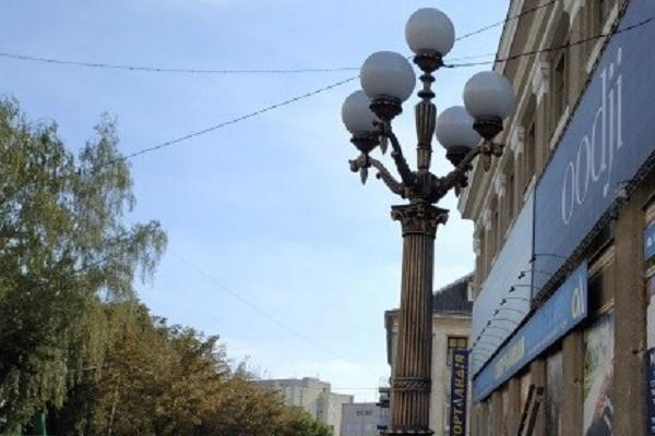 У центрі Тернополя реставрують вуличні ліхтарі