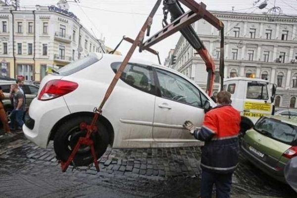 За неправильну парковку відтепер авто евакуйовуватимуть