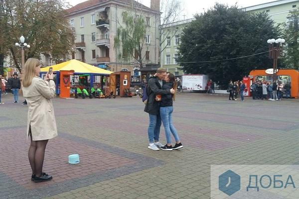 У центрі Тернополя хлопець освідчився своїй коханій