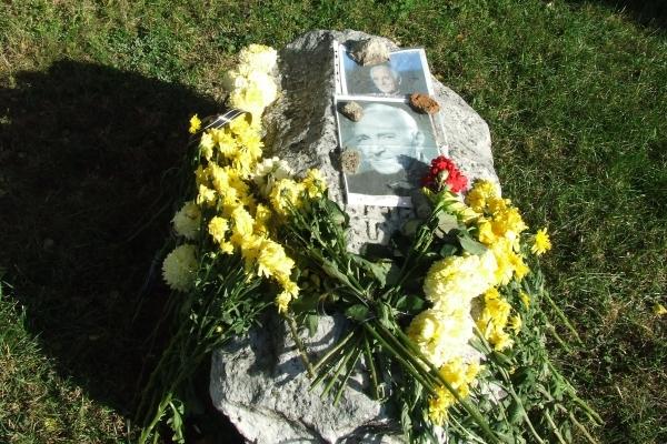 Фото легендарного шансоньє Шарля Азнавура та йому квіти біля краєзнавчого музею залишили тернополяни