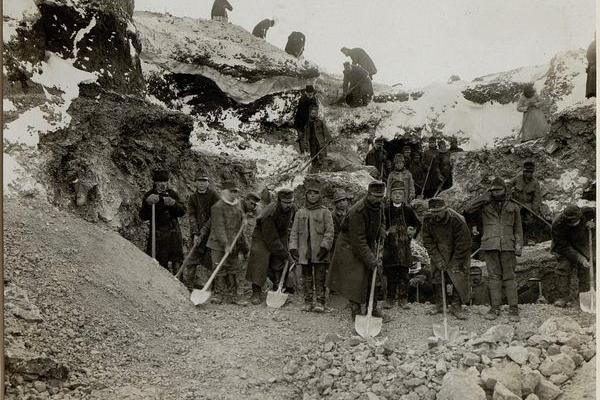 Австрійці поблизу села Годів на столітніх фото