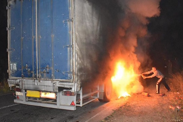 На Тернопільщині посеред дороги загорілася вантажівка (Відео)