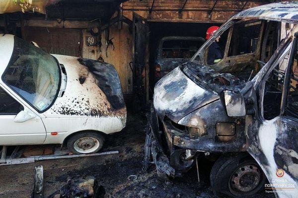 У Тернополі горів гараж з автомобілями (Фото)