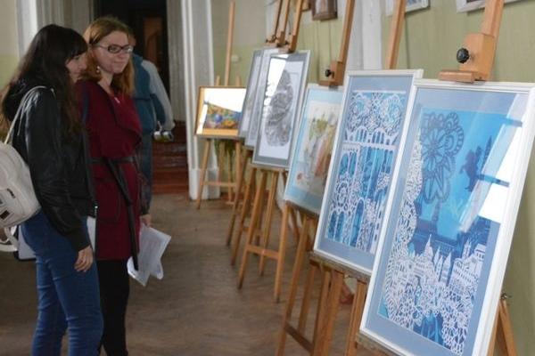 У Кременці відкрили виставку картин і вишитих робіт студентів