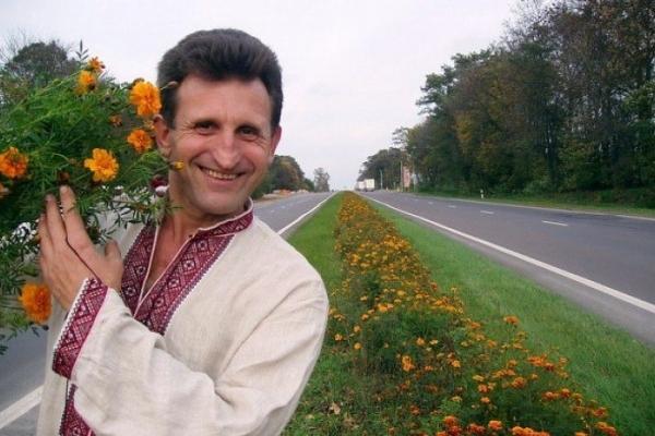 Українець прикрасив квітами чотири десятки кілометрів траси Луцьк-Львів