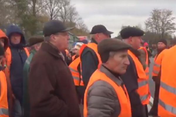 Працівники Тернопільського облавтодору перекрили трасу Тернопіль-Хмельницький (Відео)