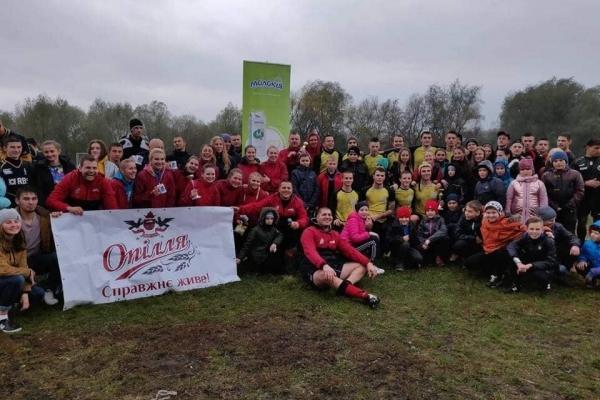 У холод та дощ сотня хлопців та дівчат боролися за чемпіонство у відкритому чемпіонаті Тернопільської області з регбі
