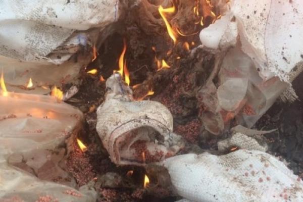 Посеред поля на Тернопільщині підпалили біг-беги з-під добрива