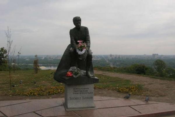 У центрі Києва біля пам'ятника актору Леоніду Бикову виявили свіжу дитячу могилу