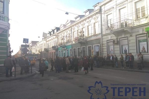 У центрі Тернополя люди зупинили рух усього транспорту (Фото)