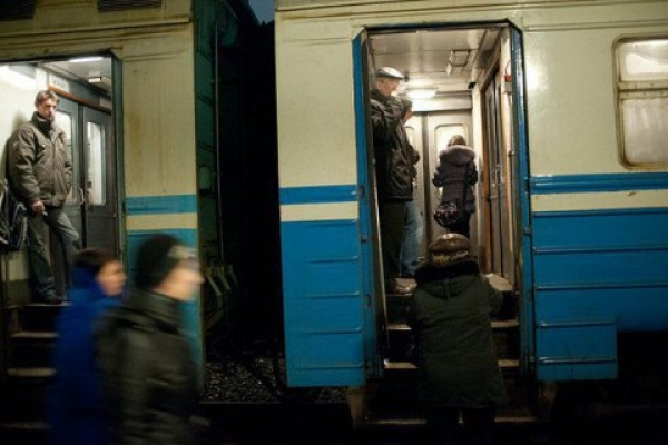 У Києві пасажир під час руху електрички випав з вікна