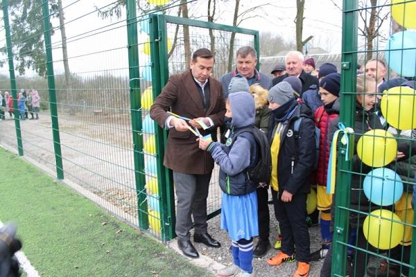 У селі Баворів відкрито футбольне поле зі штучним покриттям (Фото)