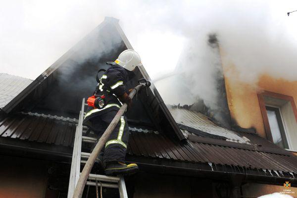 До гасіння пожежі у Тернополі на Стрімкій залучили 6 одиниць техніки