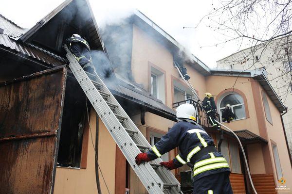 Пожежа в Тернополі: рятувальники задіяли 6 одиниць спецтехніки (Фото)