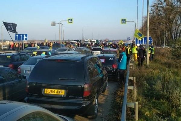Правоохоронці вирішили розблокувати всі траси від власників авто на єврономерах