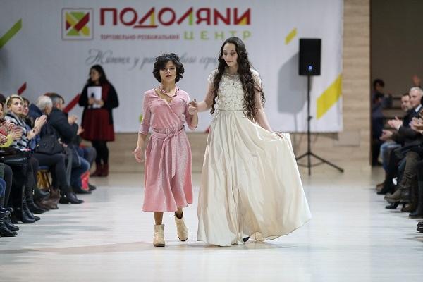 «Інклюзивний показ мод» відбувся у Тернополі: дефілювали особливі діти (Відео, фото)