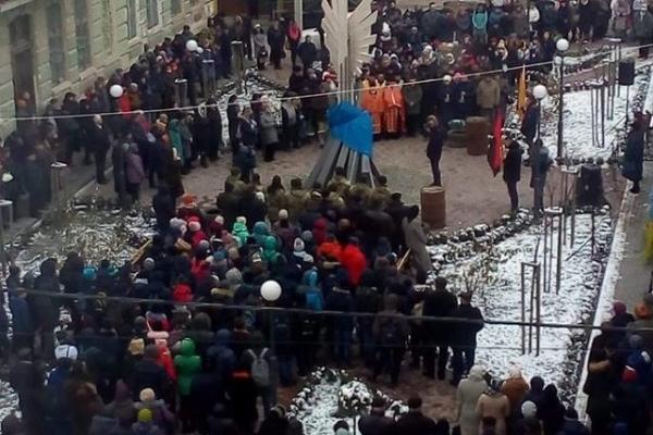 У Бережанах відкрили пам'ятник Героям Небесної Сотні