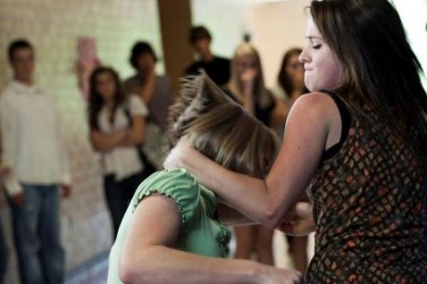В Тернополі школярки не поділили хлопця: одна у лікарні