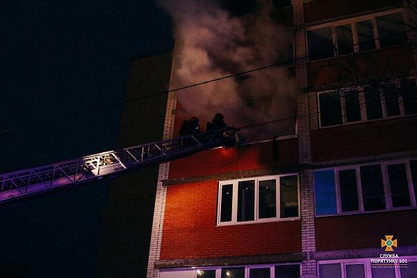 У Тернополі рятуючись від пожежі чоловік вистрибнув із вікна (Відео)