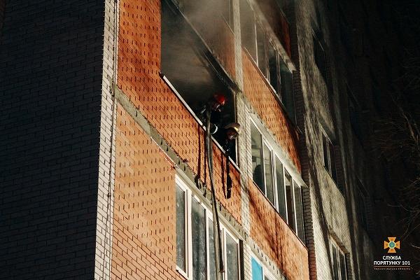 Наслідки пожежі у тернопільській квартирі: Квартира - згарище, а господар у лікарні