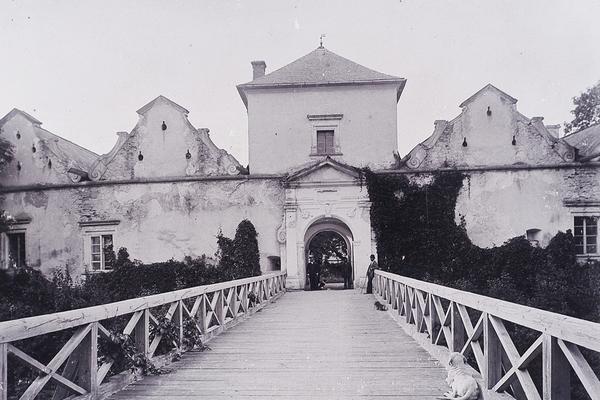 Замки та храми Західної України на ретро фото 1890-х