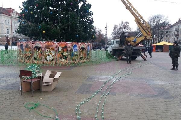 На головну ялинку Тернополя почепили ілюмінацію