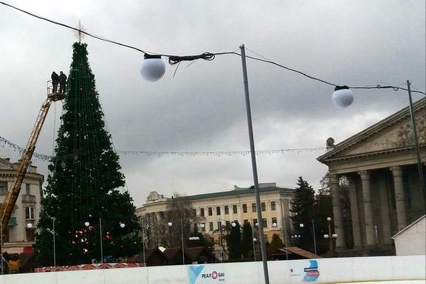 Білі ліхтарі освічуватимуть ковзанку на Театральному майдані Тернополя (ФОТО)