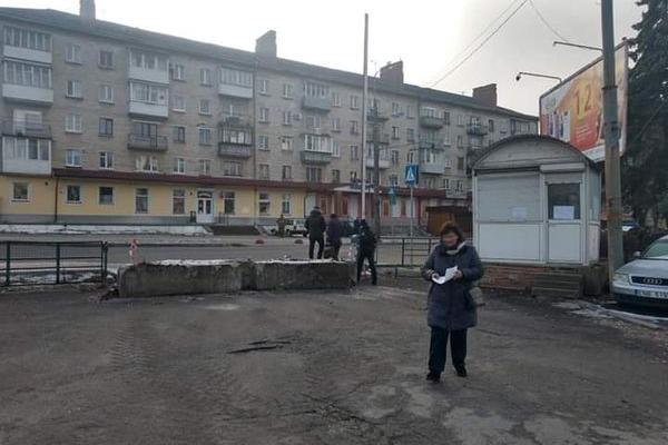 Біля перехрестя вулиць Миру-Дружби на місці стоянки і частини скверу починають забудову