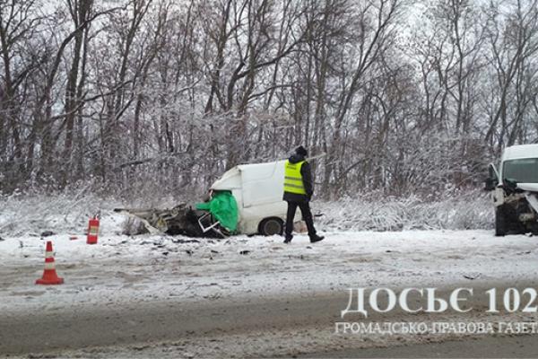 На Тернопільщині дві автівки зіткнулися лоб в лоб. Є загиблі (Фото)