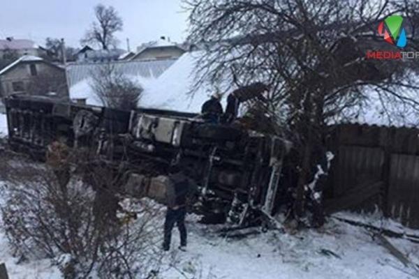 У Теребовлянському районі перекинулась вантажівка з іноземцями. Є загиблий (Фото)