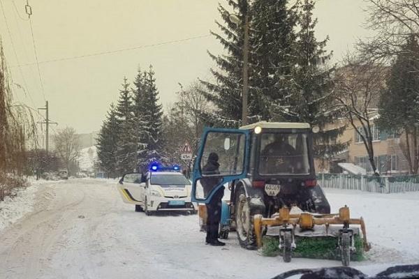 У Тернополі п'яний тракторист прибирає дорогу від снігу? (Відео)