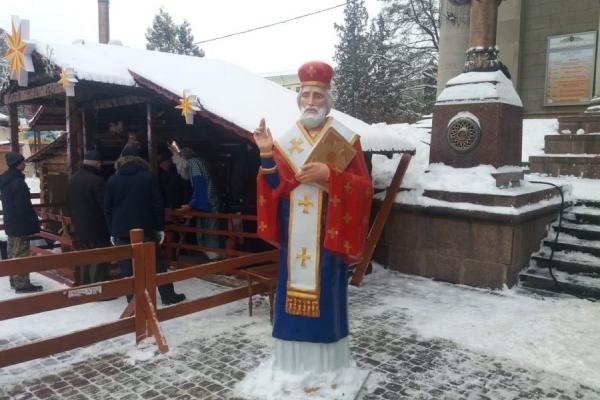 У центрі Тернополя встановили двометрового святого Миколая