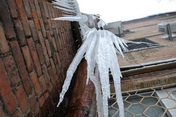 Тернополян попереджають про небезпеку бурульок