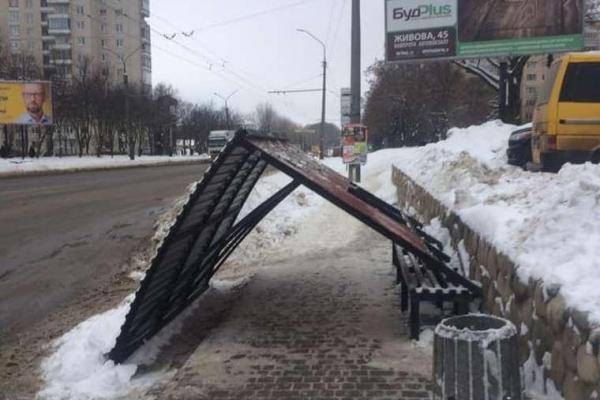 У Тернополі впала автобусна зупинка