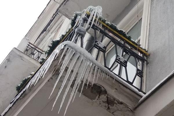 З тернопільських будинків звисають велетенські бурульки (Фото)
