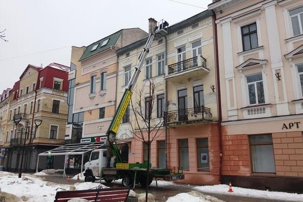 З будинків Тернополя комунальники ліквідовують бурульки (Фото)