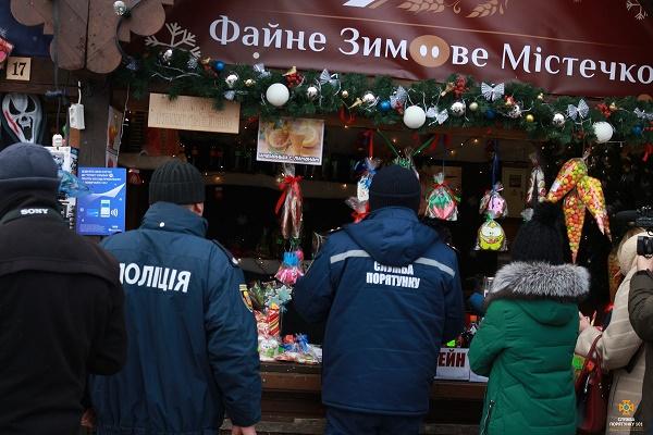 Рятувальники перевірили кіоски ярмаркового містечка на театральному майдані у Тернополі