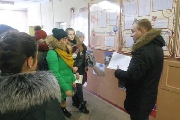 У Великогаївській школі на Тернопіллі відбулася виставка фото з передової російсько-української війни