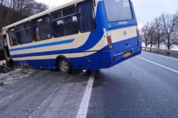 На трасі Львів-Тернопіль рейсовий автобус злетів у кювет (Фото)