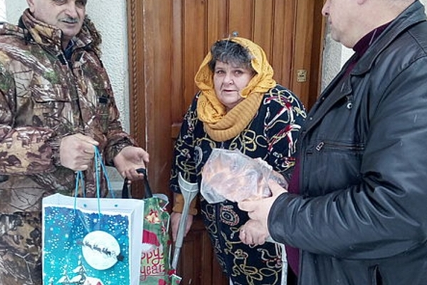 Бережанські лісівники напередодні Різдва відвідали матір загиблого воїна АТО Ростислава Якубика