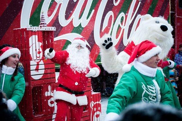 На Театральному майдані свято через вантажівку: з тернополянами танцювали гноми, ельфи і полярний ведмідь (Фото, Відео)