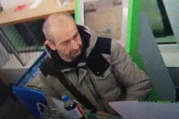 У Тернополі шукають чоловіка, який вкрав пляшку елітного алкоголю із заправки