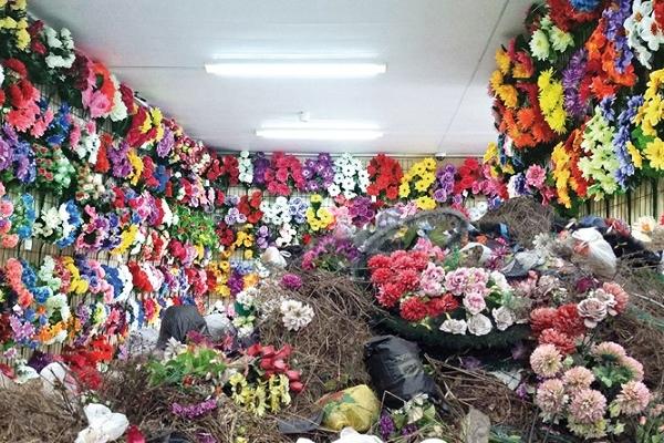 У Кременці заборонили штучні квіти