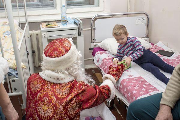 Маленькі пацієнти Тернопільської обласної лікарні отримали Новорічні та Різдвяні подарунки