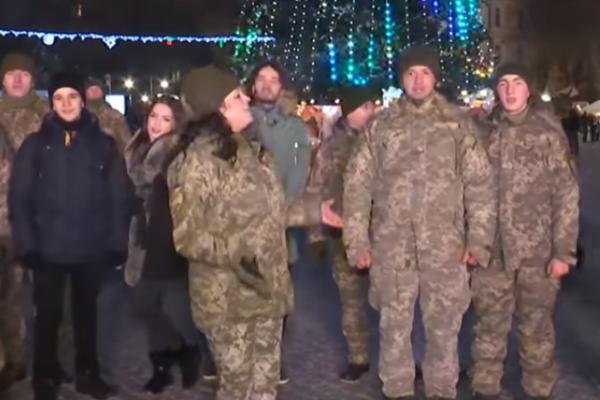 Коляда від артилеристів: у Тернополі військові заколядували біля головної ялинки