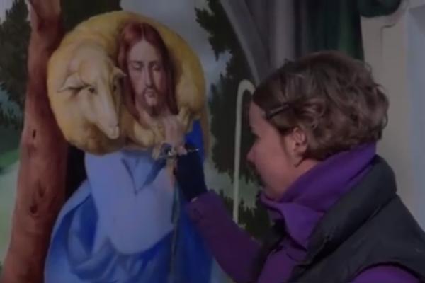 На Тернопільщині латвійка малює ікони повітряним пістолетом (Відео)