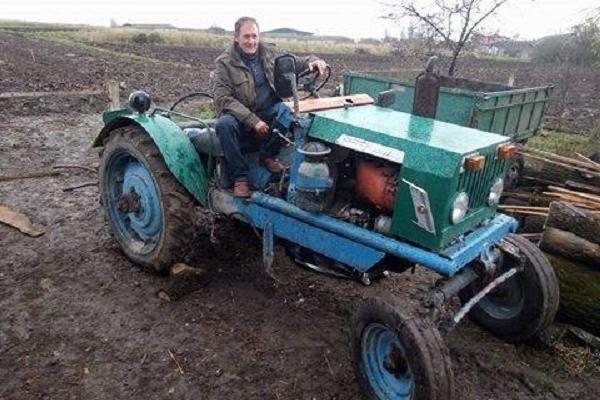 «Кулібін» з Бучаччини Олег Борсук власноруч зробив трактор і автомобіль