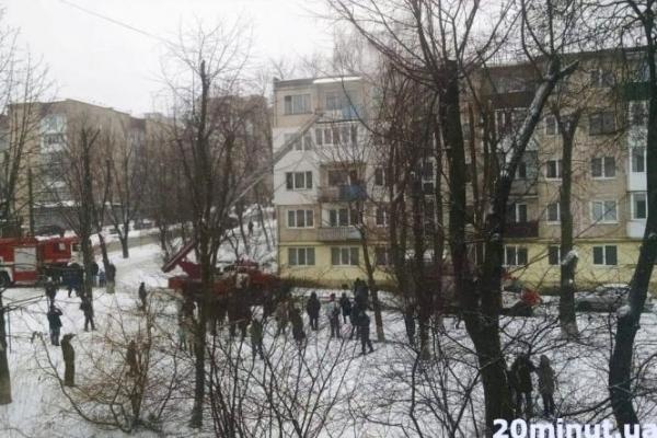 На Карпенка горить квартира: літня жінка палила дровами (Оновлено)
