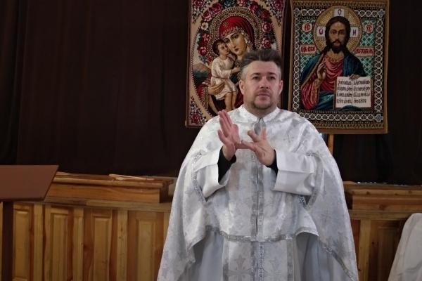 У Тернополі священик служить літургії та колядує мовою жестів